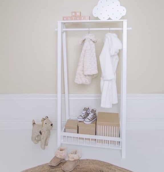 garderoba3 3 575x600 - Wieszak na ubrania do pokoju dziecka