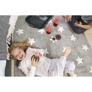 Szary dywan w gwiazdki