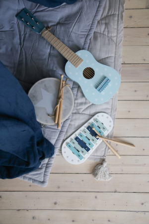 Photo Music blue 300x450 - Drewniana niebieska gitara