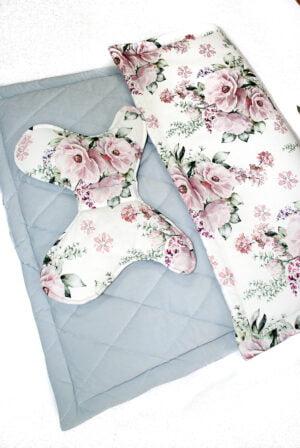 nowy1 1 of 1 11 1 300x448 - Kocyk niemowlęcy szary w kwiaty