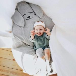 chlopiec w koronie siedzi na puf szary zajac 4016 680x850 300x300 - Pufa dla dzieci szary zając