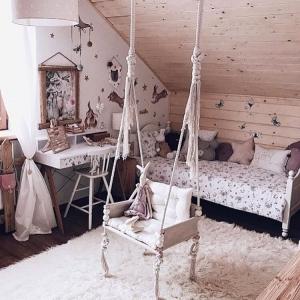 Beżowa lampa wisząca w kropki do pokoju dziecka
