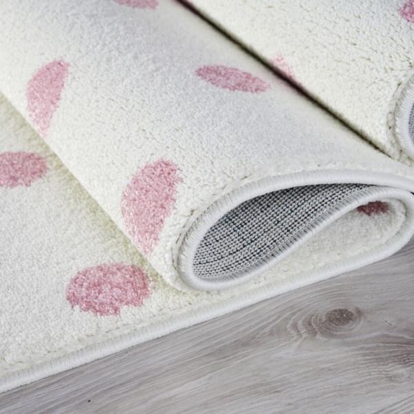 Dywan dla dzieci kremowy w różowe kropki