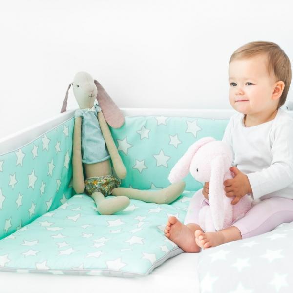 Miętowy ochraniacz do łóżeczka w gwiazdki