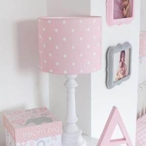 Różowa lampa stojąca w kropki do pokoju dziecka