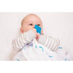 matchstick monkey organic cotton swaddle blue bio otulacz z gryzakiem 2 szt 3 300x300 - Organiczny otulacz Matchstick Monkey niebieski