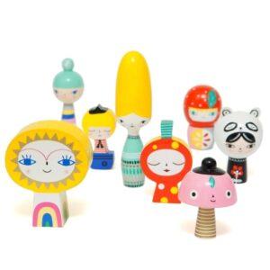 Klocki drewniane lalki Mr Sun & Friends 8 szt tozestaw 8 ręcznie robionych drewnianych klocków lalek.Pozwólcie, że wam przedstawimy Panie. Największa z nich to Pani Ul, Pani Muchomorek, Pani Truskawka, Pani Panda i najmniejsza Pani Kwiatek.Panowie to Mr Sun oraz Ĺ»eglarz.