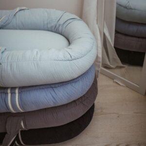 hi little one kokon gniazdko dla noworodka z oddychajacego muslinu newborn nest navy 2 300x300 - Kokon dla niemowlaka Navy