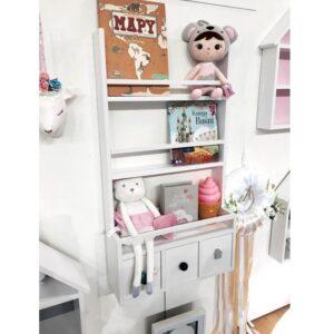 Idealna do powieszenia na ścianie. Przeznaczona na książki, ale z chęcią pomieściu również wszelkiego rodzaju zabawki. Szufladki to przestrzeń na nie jeden skarb maluszka,