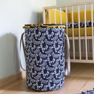 Wyjątkowo praktyczny Kosz na zabawki Hanami ułatwiający przechowywanie w dziecięcym pokoiku. Sprawdzi się zarówno w pokoju chłopca jak i dziewczynki