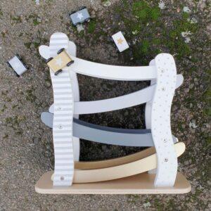 Drewniana zjeżdżalnia dla aut srebrna