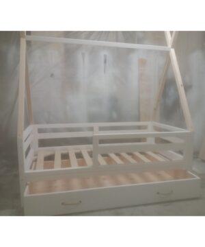Łóżeczko z możliwością demontażu barierek o wzmocnionej dodatkowymi zastrzałami konstrukcji. Szuflada w całości wykonana z drewna z dwoma uchwytami malowana na biało. Możliwość malowania wszystkich elementów , lub części.