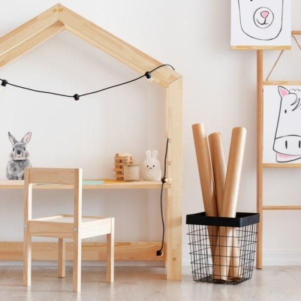 Drewniane biurko dla dziecka