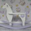 Biały koń na biegunach