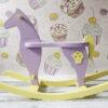 Drewniany koń na biegunach fiolet